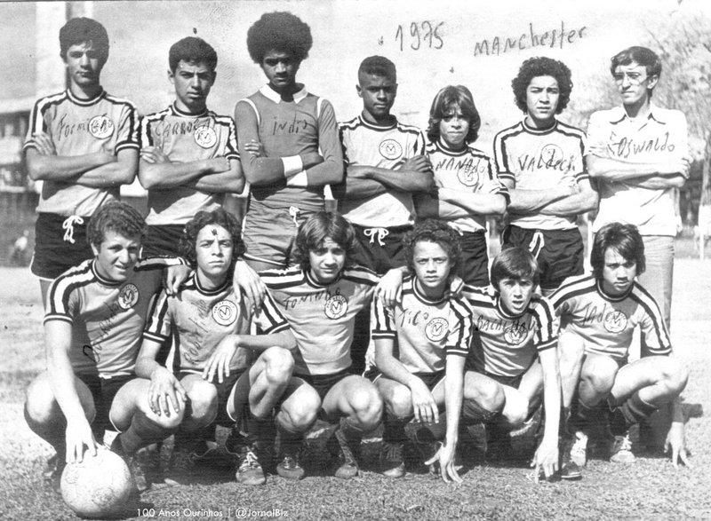 Em 1975 Vardo (de óculos) já aparece como técnico do Manchester. 258242f25872b